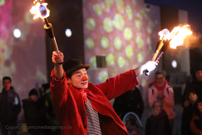 Zu Beginn der Jonglage mit den Feuerfackeln gibt der Clown Herr Balzer den Kindern das Zeichen für die Musik.