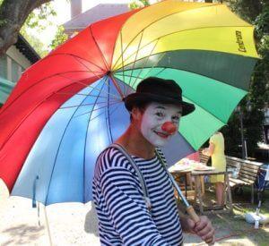Kindergeburtstag mit Clown Herr Balzer aus Berlin. Mit Luftballontieren, Kindertheater, Riesen-Seifenblasen und Feuerspucken.