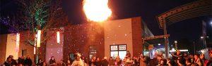 riesiger Feuerball gespuckt vom Clown Herr Balzer erstaunt Kinder zum Lichterfest in Strausberg