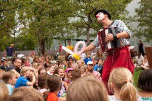 Der Clown spielt Kindertheater im jüdischen Museum Berlin