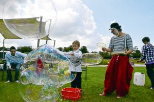 Riesenseifenblasen mit Clown Balzer aus Berlin zum Zuckertütenfest im oranienburger Schloßpark.