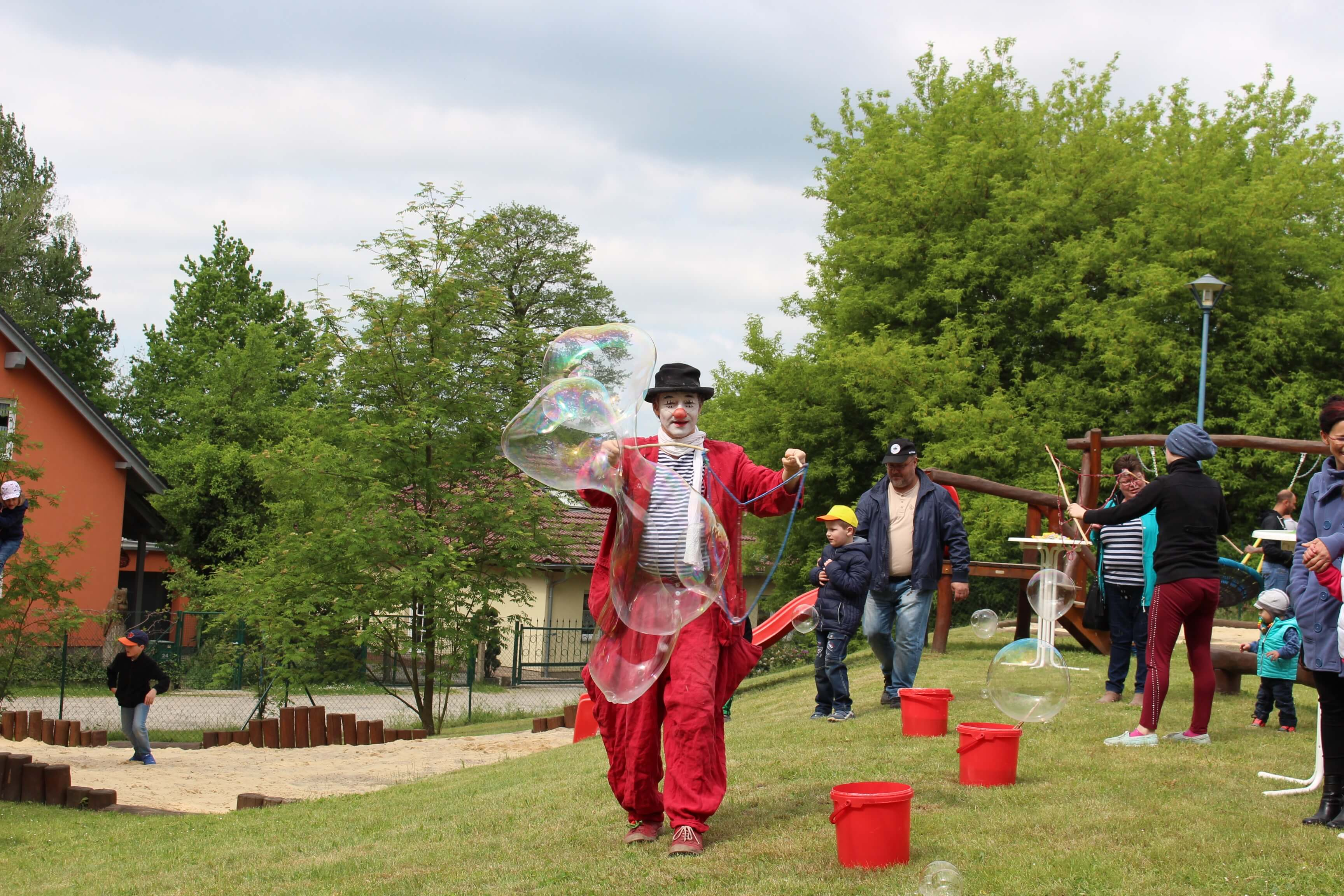 Clown Balzer aus Berlin macht Seifenblasen für sein Leben gern und begeistert nicht nur Kindergartekinder sondern auch Erwachsene.