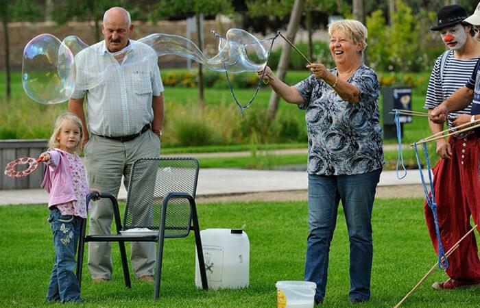 Oma macht für Ihre Enkelin zusammen mit Clown Balzer aus Berlin Riesenseifenblasen.
