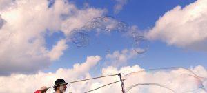 Seifenblasenrezept für Riesenseifenblasen ist ungiftig, preiswert, einfach und biologische abbaubar.