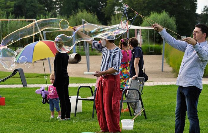 Mit den Riesenseifenblasen haben auch Eltern Ihren Spass.
