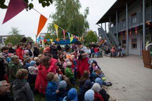 Clown Balzer aus Berlin spielt in einem Potsdamer Kindergarte sein Clownsstück