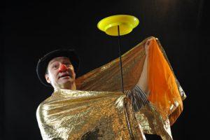 """Herr Balzer spielt im Theater der Clown Berlin sein Stück """"Rumpeldipumpel"""""""