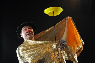 """Der Clown als König im Theaterstück """"Rumpeldipumpel"""" in Berlin Zeiss Grossplanetarium"""