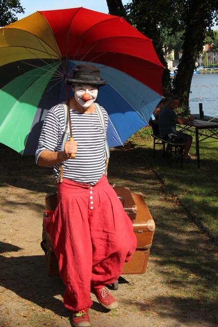 Herr Balzer der Clown aus Berlin auf dem Weg zur Arbeit.