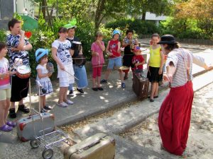 Clown Balzer aus Berlin beim dirigieren seiner Clownsbigband. Zum Sommerfest in Staaken.