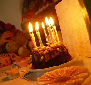 zum Kindergeburtstag gibts Kuchen, Luftballontiere mit Geburtstagsständchen und Kindertheater mit Clown Balzer