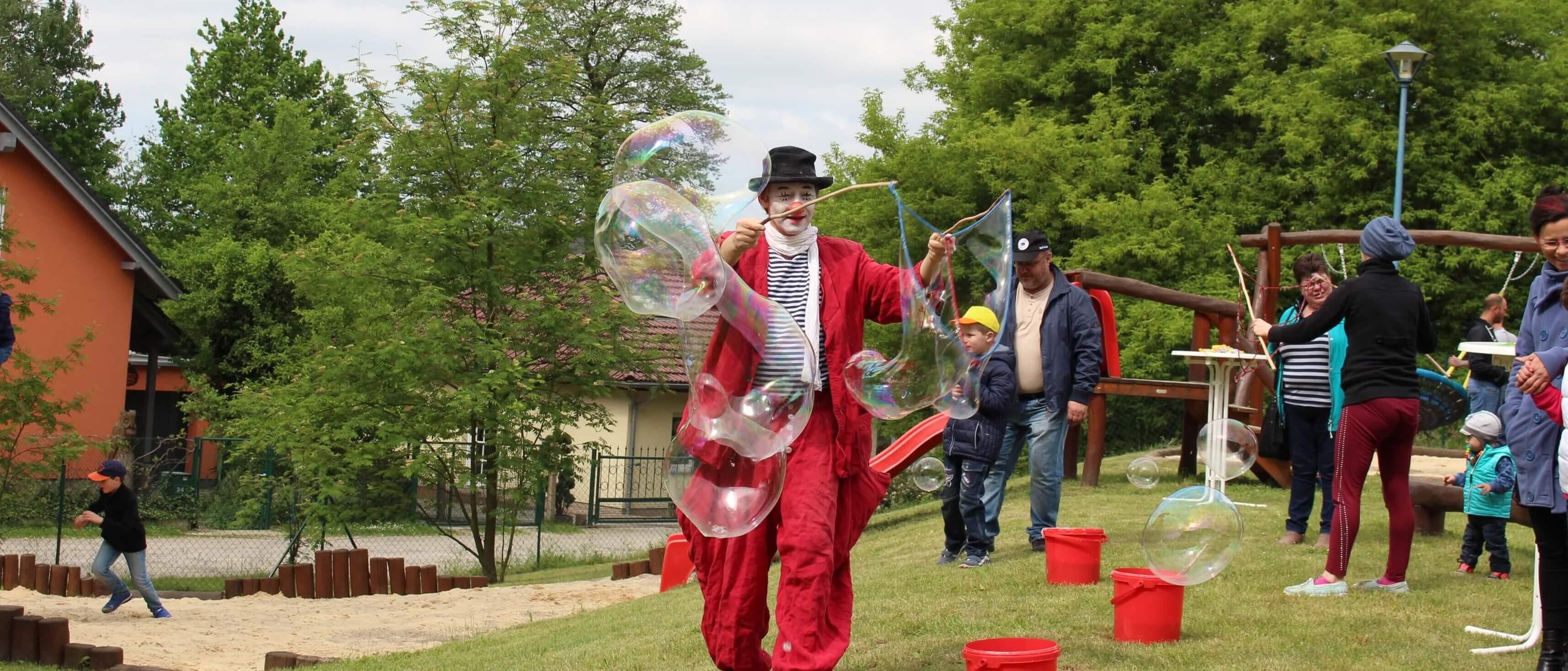 """Riesen- Seifenblasen aus Berlin mit Clown Herr Balzer in Cottbus beim """"Kinderlachen e.V."""""""