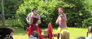 Clown Balzer aus Berlin und Clownin Viola von der Insel Usedom sielen Akkordeon und Violine in Ihren Clownstheaterstücken für Kinder